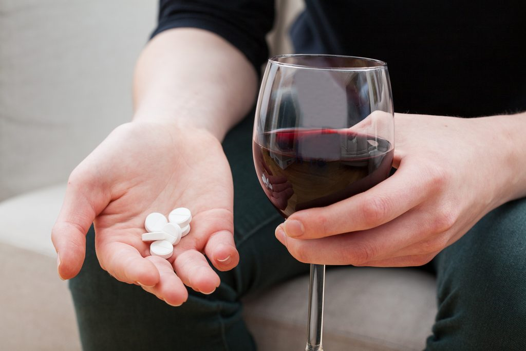 جستجوی آرامش و فراموشی حوادث با الکل و دارو