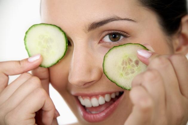 درمان گودی چشم با ماسک خیار
