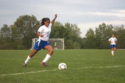 دخترها فوتبال بازی کنند