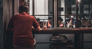 چگونه می توانیم با احساس تنهایی مقابله کنیم؟