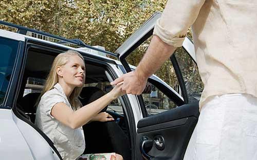 باز کردن درب خودرو برای خانم